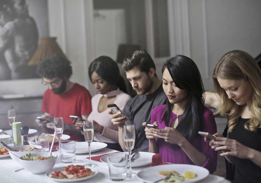 Diners on smartphones